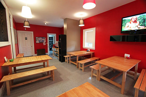 Red Lounge Hostel common/breakfast room